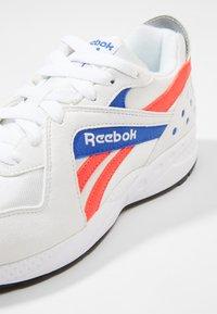 Reebok Classic - PYRO - Tenisky - white/neon red/cobalt - 5