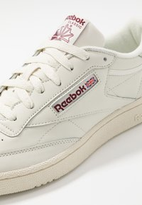 Reebok Classic - CLUB C 85 LEATHER UPPER SHOES - Zapatillas - chalk/paperwhite/maroon - 5
