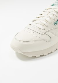 Reebok Classic - CLUB C 85 LEATHER UPPER SHOES - Sneakersy niskie - chalk/paperwhite/green - 5
