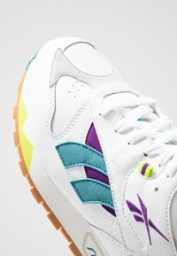 Reebok Classic - CLASSIC LEATHER RC 1.0 LIGHTWEIGHT SHOES - Zapatillas - white/regal purple/skull grey - 5