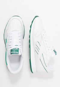 Reebok Classic - CLASSIC LEATHER LOW-CUT DESIGN SHOES - Trainers - white/clover green - 1