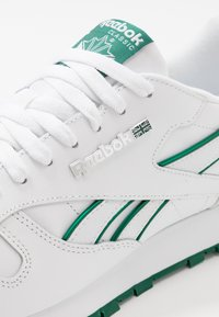 Reebok Classic - CLASSIC LEATHER LOW-CUT DESIGN SHOES - Trainers - white/clover green - 5