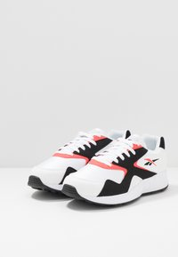 Reebok Classic - TORCH HEX LIGHT BREATHABLE SHOES - Joggesko - white/black/neon red - 2