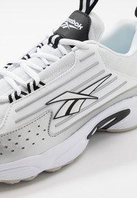 Reebok Classic - DMX SERIES 2K LIGHT BREATHABLE SHOES - Sneakers basse - white/black/skull grey - 5