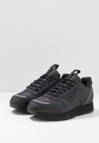 Reebok Classic - CLASSIC LEATHER RIPPLE TRAIL MUD GUARD SHOES - Sneakers - true grey/black/panton - 2