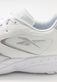 Reebok Classic - TORCH HEX - Sneakers laag - white/pure grey/silver metallic - 5