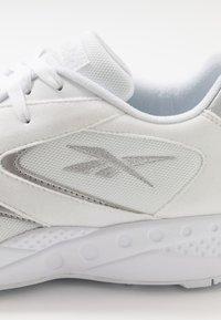 Reebok Classic - TORCH HEX - Sneakersy niskie - white/pure grey/silver metallic - 5