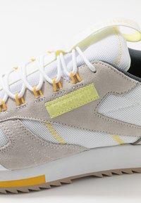 Reebok Classic - RIPPLE TRAIL - Sneakersy niskie - white/lemon glow/toxic yellow - 5
