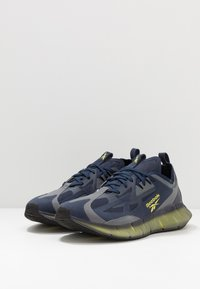 Reebok Classic - ZIG KINETICA CONCEPT TYPE2 - Trainers - navy/hero yellow/cold grey