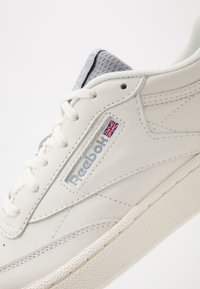 Reebok Classic - CLUB C 85 - Matalavartiset tennarit - chalk/cold grey/radiant red - 5