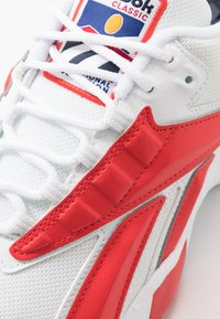 Reebok Classic - INTV 96 SHOES - Zapatillas - white/rad red - 5