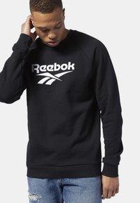 Reebok Classic - CLASSICS VECTOR CREW SWEATSHIRT - Sweatshirt - black - 0