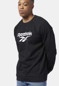 Reebok Classic - CLASSICS VECTOR CREW SWEATSHIRT - Sweatshirt - black - 2