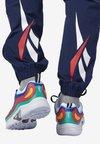Reebok Classic - CLASSICS VECTOR TRACK PANTS - Jogginghose - blue