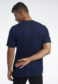 Reebok Classic - CLASSICS VECTOR TEE - T-shirts - blue - 2