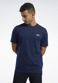 Reebok Classic - CLASSICS VECTOR TEE - T-shirts - blue - 0