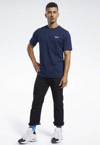 Reebok Classic - CLASSICS VECTOR TEE - T-shirts - blue - 1