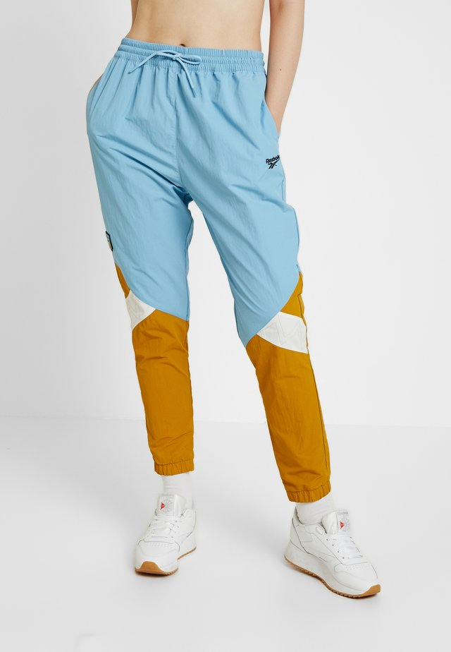X GIGI TRACKPANTS - Träningsbyxor - sheer blue/wild khaki/chalk