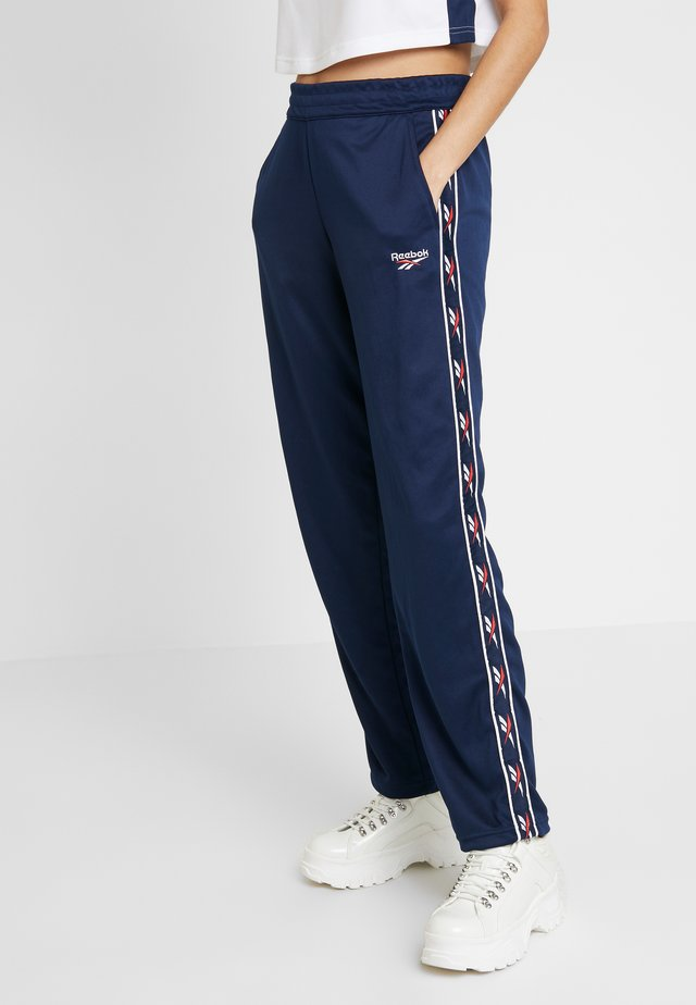 VECTOR GRAPHIC SERIES CASUAL PANTS - Teplákové kalhoty - collegiate navy