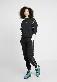Reebok Classic - LINEAR PANT - Pantalones deportivos - black - 1