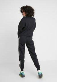 Reebok Classic - LINEAR PANT - Pantalones deportivos - black - 2