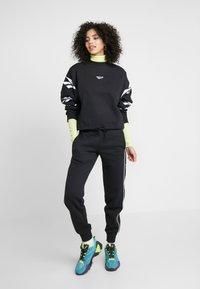 Reebok Classic - LINEAR PANT - Pantalones deportivos - black - 0