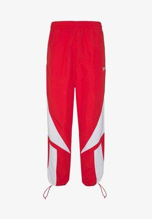 2020-04-01 CLASSICS TWIN VECTOR TRACK PANTS - Teplákové kalhoty - radiant red