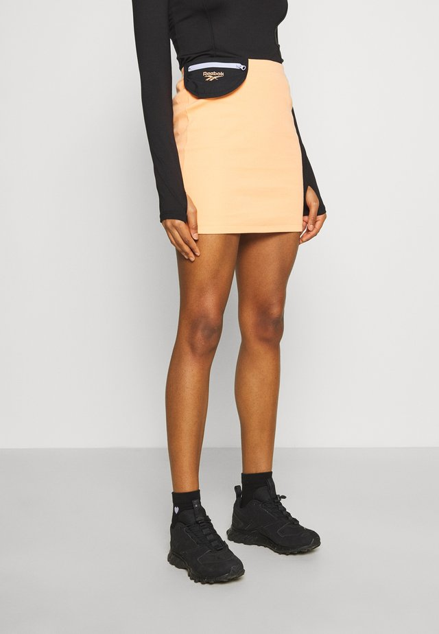 TIGHT SKIRT - Spódnica mini - sunbaked orange