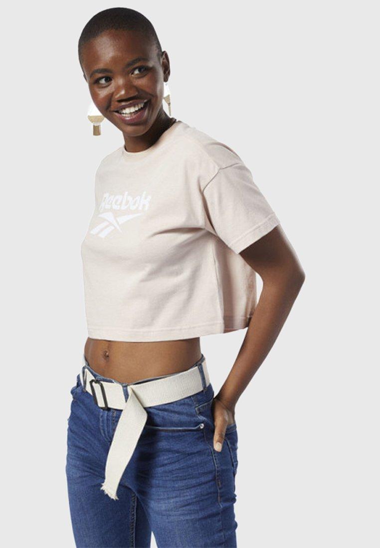 Reebok Classic - CLASSICS VECTOR CROP TOP - T-Shirt print - buff