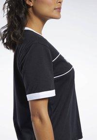 Reebok Classic - CLASSICS LINEAR TEE - T-shirts med print - black - 3