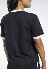 Reebok Classic - CLASSICS LINEAR TEE - T-shirts med print - black - 4