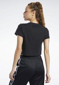 Reebok Classic - CLASSICS VECTOR CROP TOP - T-shirt print - black - 2