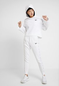 Reebok Classic - VECTOR GRAPHIC PULLOVER - Hoodie - white - 1