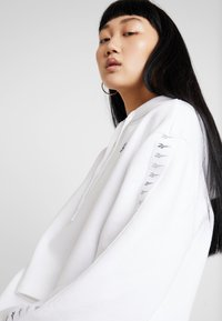 Reebok Classic - VECTOR GRAPHIC PULLOVER - Hoodie - white - 3