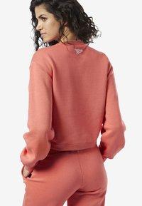 Reebok Classic - REEBOK CLASSICS FLEECE SWEATSHIRT - Sweatshirt - pink - 2