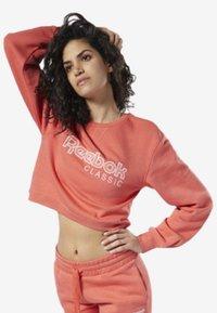 Reebok Classic - REEBOK CLASSICS FLEECE SWEATSHIRT - Sweatshirt - pink - 1