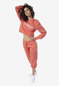 Reebok Classic - REEBOK CLASSICS FLEECE SWEATSHIRT - Sweatshirt - pink - 0