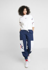 Reebok Classic - GRAPHIC SERIES CASUAL LONG SLEEVE PULLOVER - Bluza - white - 1