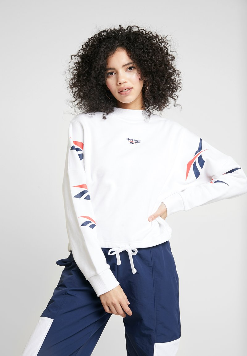 Reebok Classic - GRAPHIC SERIES CASUAL LONG SLEEVE PULLOVER - Bluza - white