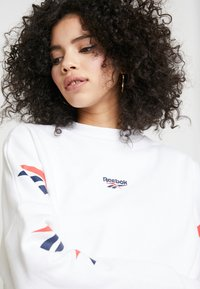 Reebok Classic - GRAPHIC SERIES CASUAL LONG SLEEVE PULLOVER - Bluza - white - 4
