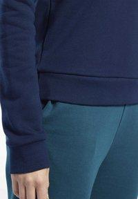 Reebok Classic - CLASSICS VECTOR CREW SWEATSHIRT - Bluza - blue - 3