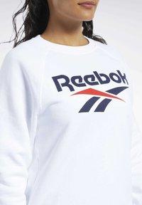 Reebok Classic - CLASSICS VECTOR CREW SWEATSHIRT - Bluza - white - 4