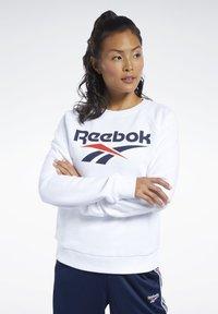 Reebok Classic - CLASSICS VECTOR CREW SWEATSHIRT - Bluza - white - 0