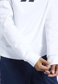 Reebok Classic - CLASSICS VECTOR CREW SWEATSHIRT - Bluza - white - 5