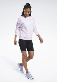 Reebok Classic - CLASSICS VECTOR CREW SWEATSHIRT - Sweatshirt - pixel pink - 1
