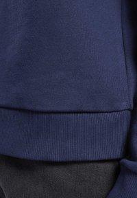 Reebok Classic - CLASSICS BIG VECTOR CREW SWEATSHIRT - Sweatshirt - blue - 6