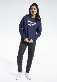Reebok Classic - CLASSICS BIG VECTOR CREW SWEATSHIRT - Sweatshirt - blue - 1