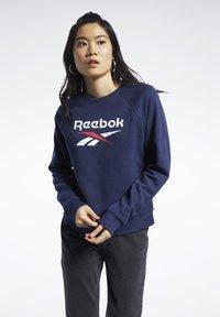 Reebok Classic - CLASSICS BIG VECTOR CREW SWEATSHIRT - Sweatshirt - blue - 0