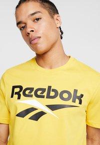 Reebok Classic - VECTOR TEE PRINT - Print T-shirt - toxic yellow - 4