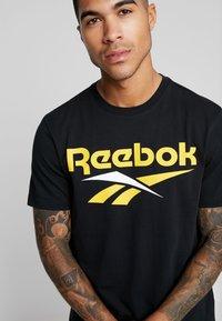 Reebok Classic - VECTOR TEE PRINT - Print T-shirt - black/toxic yellow - 4
